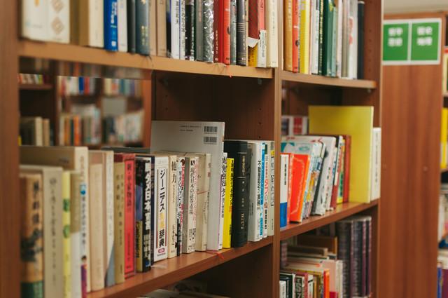 新潮社『私の本棚』本棚は、その人の頭の中かもしれない