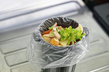 生ゴミの臭いがきつくてゴミ箱が開けられない!おすすめの消臭方法8選
