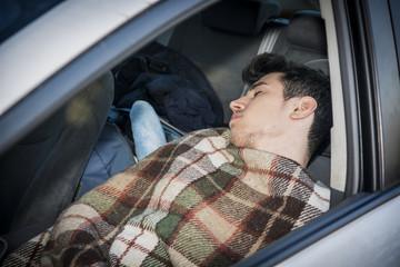 車の助手席で寝る原因とその防止方法とは?眠くなった時の対処法まとめ