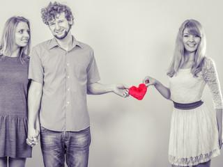 女友達同士で三角関係になってしまった場合は?もしもの対処法4選!