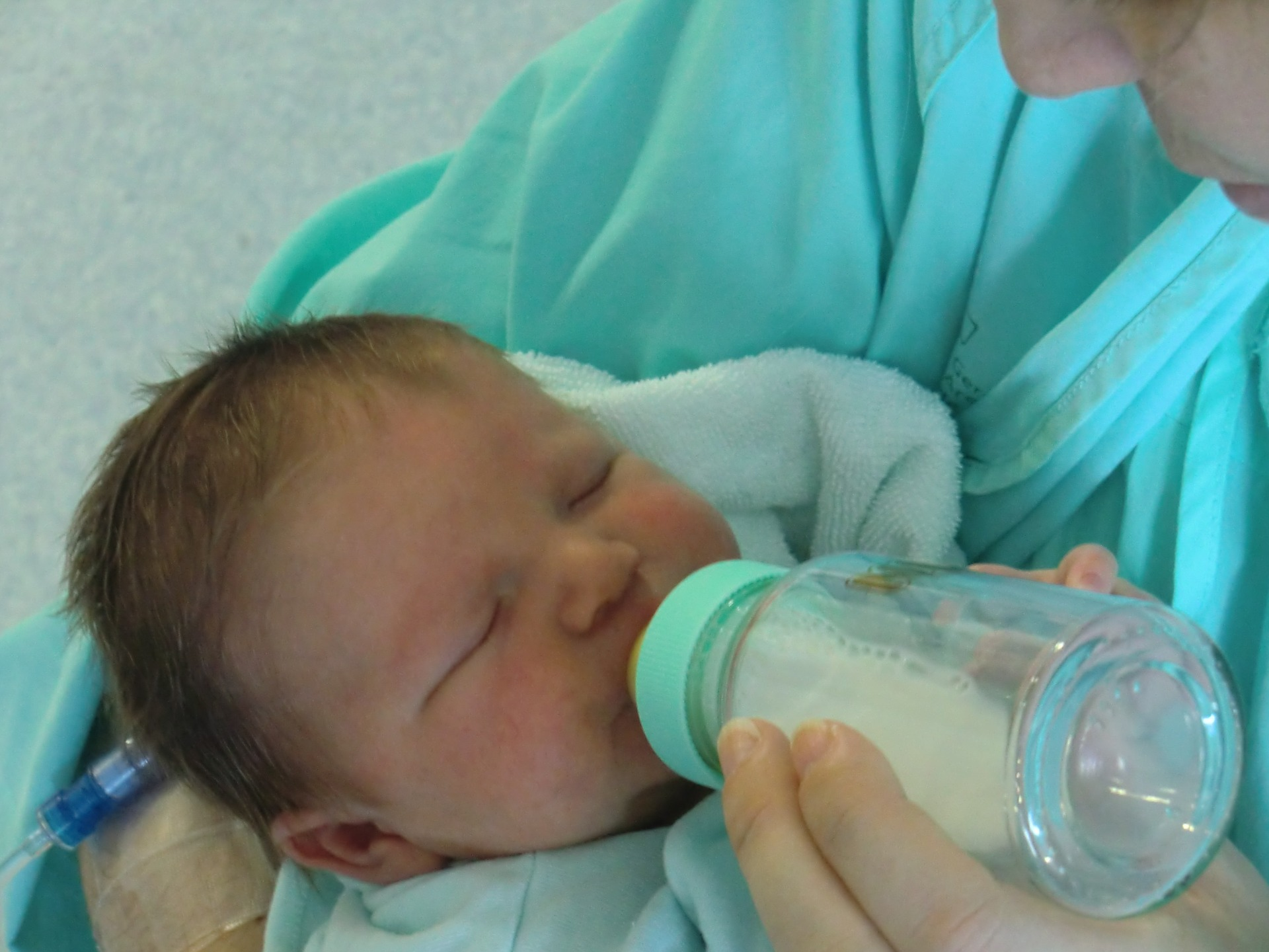 母乳の出が悪い… 赤ちゃんをミルクで育てるメリット!