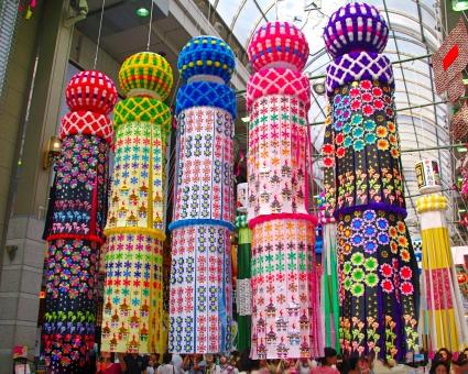 短冊に願い事を書いて笹に飾る七夕祭り。深くて複雑な由来とは?